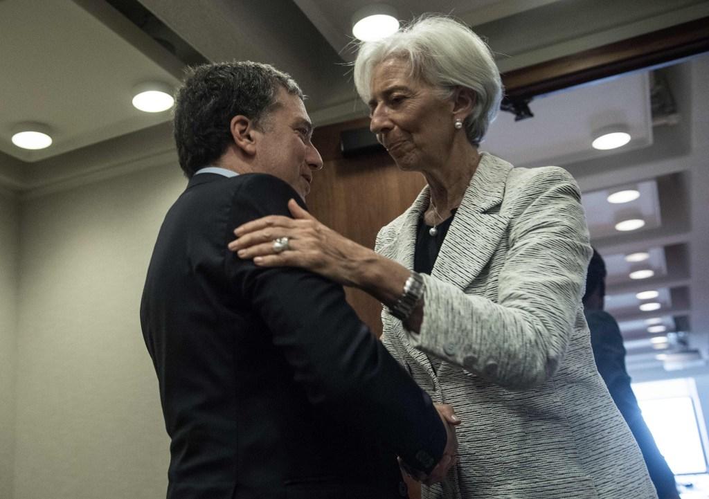 Christine Lagarde saluda al ministro de Hacienda de Argentina durante las negociaciones entre el país y el organismo. (Crétido: NICHOLAS KAMM/AFP/Getty Images)