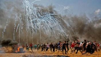 Palestinos huyen del gas lacrimógeno durante enfrentamientos con fuerzas de seguridad israelíes cerca de la frontera entre Israel y la Franja de Gaza, al este de Jabalia el 14 de mayo de 2018. Crédito: MOHAMMED ABED / AFP / Getty Images
