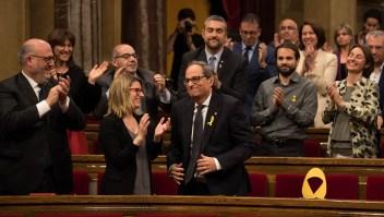Quim Torra recibe el aplauso de la bancada tras conseguir ser nombrado presidente de la Generalitat de Cataluña. A su lado, uno de los asientos vacíos de los diputados ausentes, señalado con un lazo amarillo como símbolo del independentismo. (Crédito: David Ramos/Getty Images)