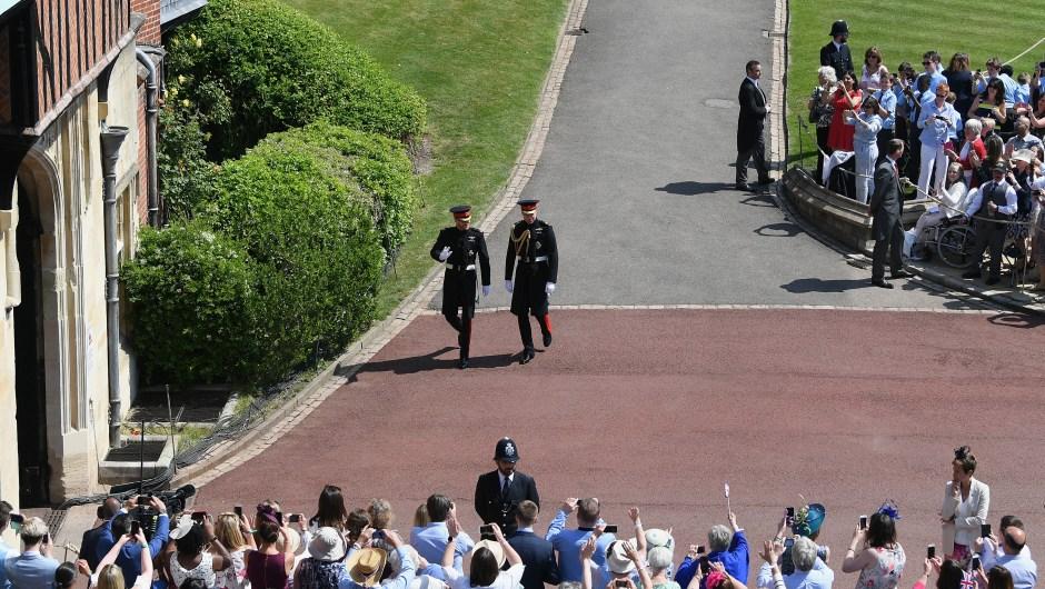 Los príncipes saludan a los congregados para la boda entre Enrique y Meghan Markle. (Crédito: Shaun Botterill/Getty Images)