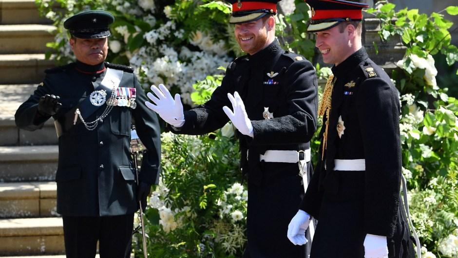 El príncipe Enrique sonríe a los congregados para su boda. Entró al castillo de Windsor junto a su hermano, el príncipe Guillermo. (Crédito: BEN STANSALL/AFP/Getty Images)