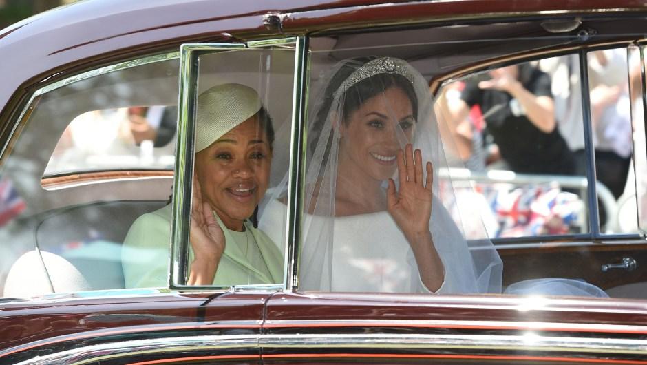 Meghan Markle junto a su madre, Doria Ragland, en el coche en el que fueron conducidas a Windsor. (Crédito: OLI SCARFF/AFP/Getty Images)