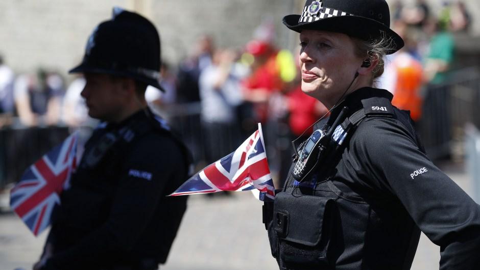 También los agentes de policía iban preparados para la festiva ocasión (Crédito: PHIL NOBLE/AFP/Getty Images)