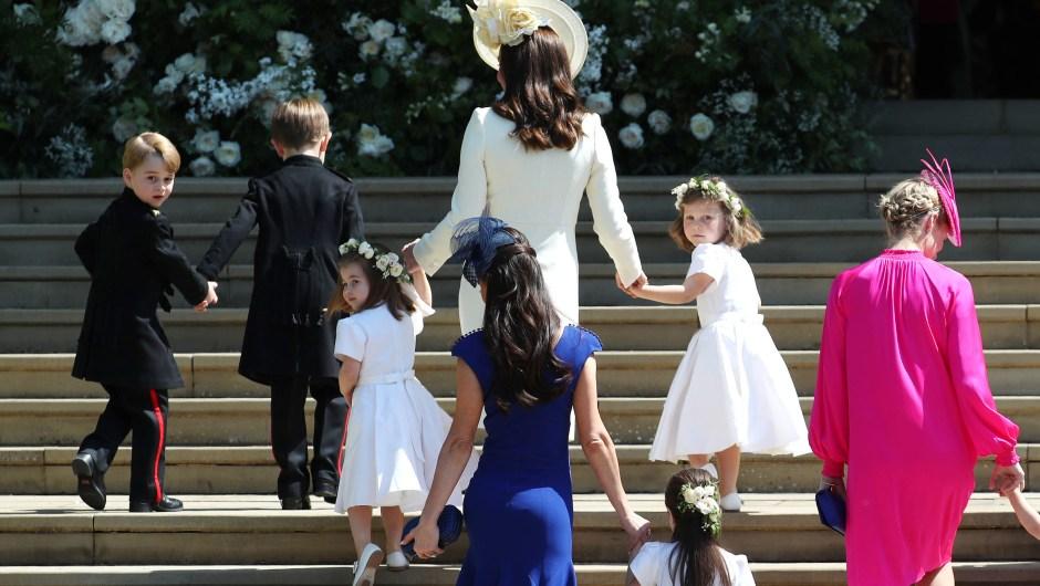 Katalina Middleton, duquesa de Cambridge, llega a la ceremonia junto a sus hijos y damas que acompañan a los novios. (Crédito: ANE BARLOW/AFP/Getty Images)