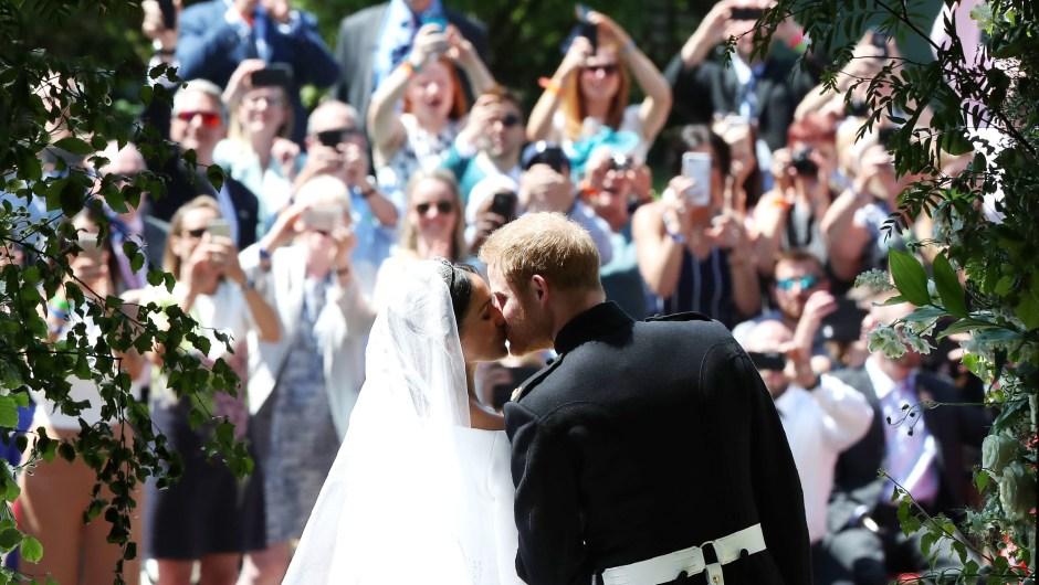 El esperado beso frente a la multitud agolpada para ver al príncipe Enrique y Meghan Markle, recién casados. (Crédito: DANNY LAWSON/AFP/Getty Images)
