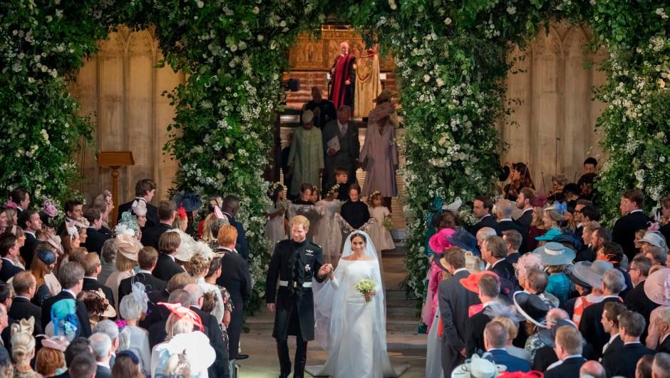 Meghan Markle y el príncipe Enrique, duques de Sussex, salen de la Capilla de San Jorge en Windsor ya como marido y mujer. (Crédito: DOMINIC LIPINSKI/AFP/Getty Images)