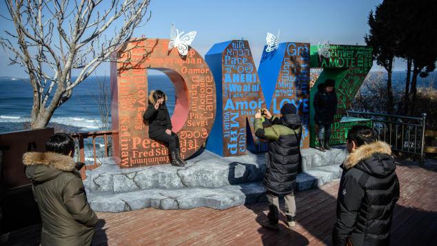 Un turista posa junto al Observatorio de Unificación de Goseong.