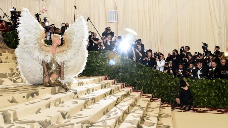 Katy Perry parece angelical con alas en la alfombra roja.