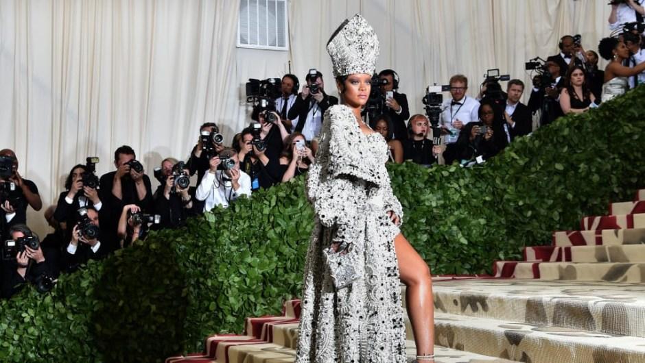 Rihanna usa un conjunto inspirado en el papa, que incluye una mitra enjoyada. La cantante copresidió el evento con Anna Wintour, Donatella Versace y Amal Clooney.