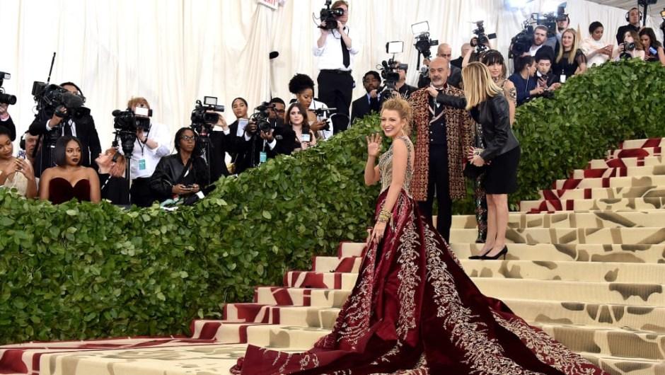 Blake Lively viste un vestido de Versace en la Gala Met en Nueva York el lunes 7 de mayo. El evento solo por invitación recauda dinero para el Instituto de vestuario del Museo Metropolitano de Arte.