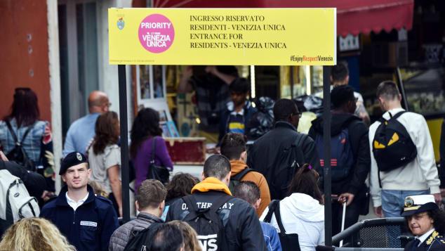 Los ciudadanos y turistas de Venecia pasan por los torniquetes en el fin de semana del Primero de Mayo, lo que limita la aglomeración de turistas.