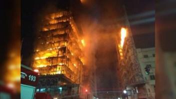 Incendio en Sao Paulo arrasa edificio de apartamentos
