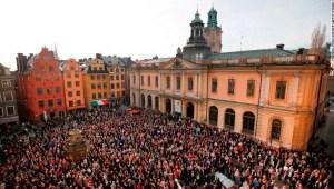La gente se reúne fuera de la Academia Sueca en Estocolmo para mostrar su apoyo a la exsecretaria permanente Sara Danius el 19 de abril de 2018.