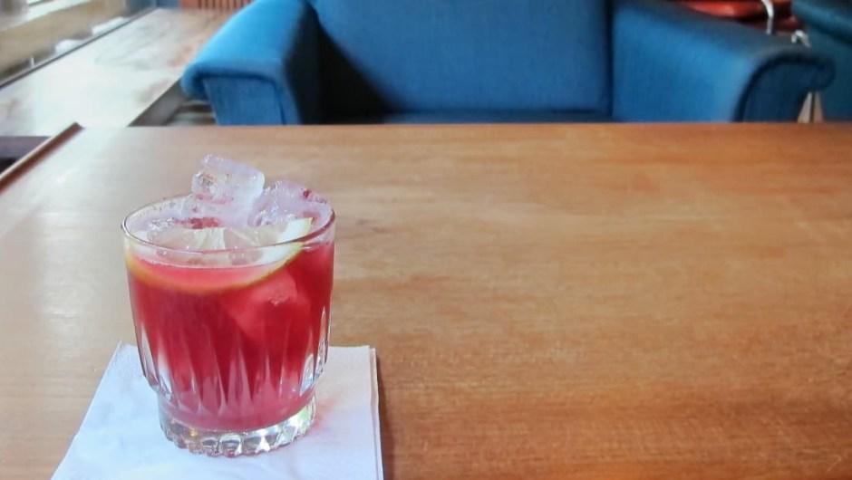El crowberry es una baya negra de clima frío que se encuentra en el norte de Europa, Alaska, Canadá, Groenlandia y más allá. El bar cafetería Fuglen de Oslo sirve cócteles con ella.
