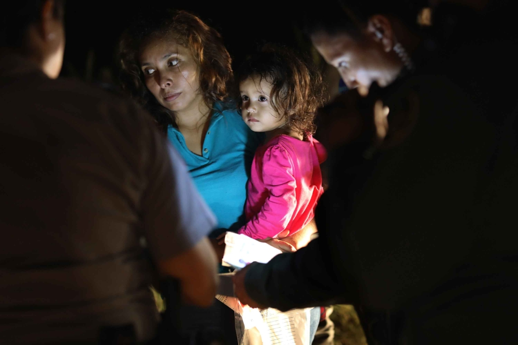 La niña hondureña y su madre son llevadas bajo custodia. (Crédito: John Moore/Getty Images)
