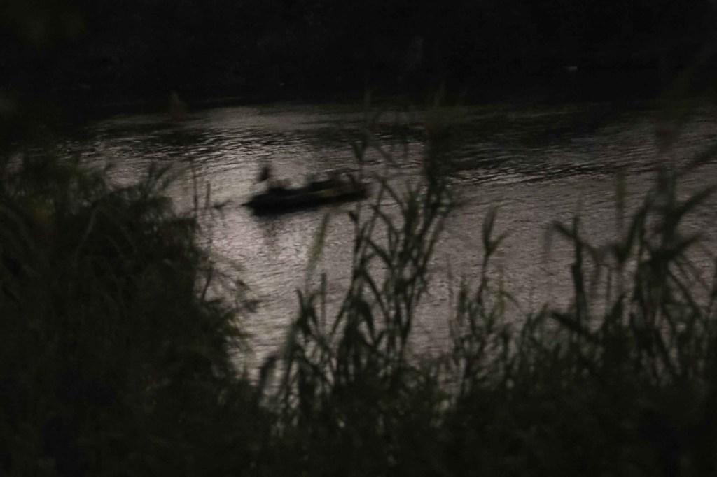 Un grupo de inmigrantes centroamericanos navega en balsa por el Río Grande desde México. Más tarde fueron detenidos por agentes de la Patrulla Fronteriza y enviados a un centro de procesamiento. (Crédito: John Moore/Getty Images)