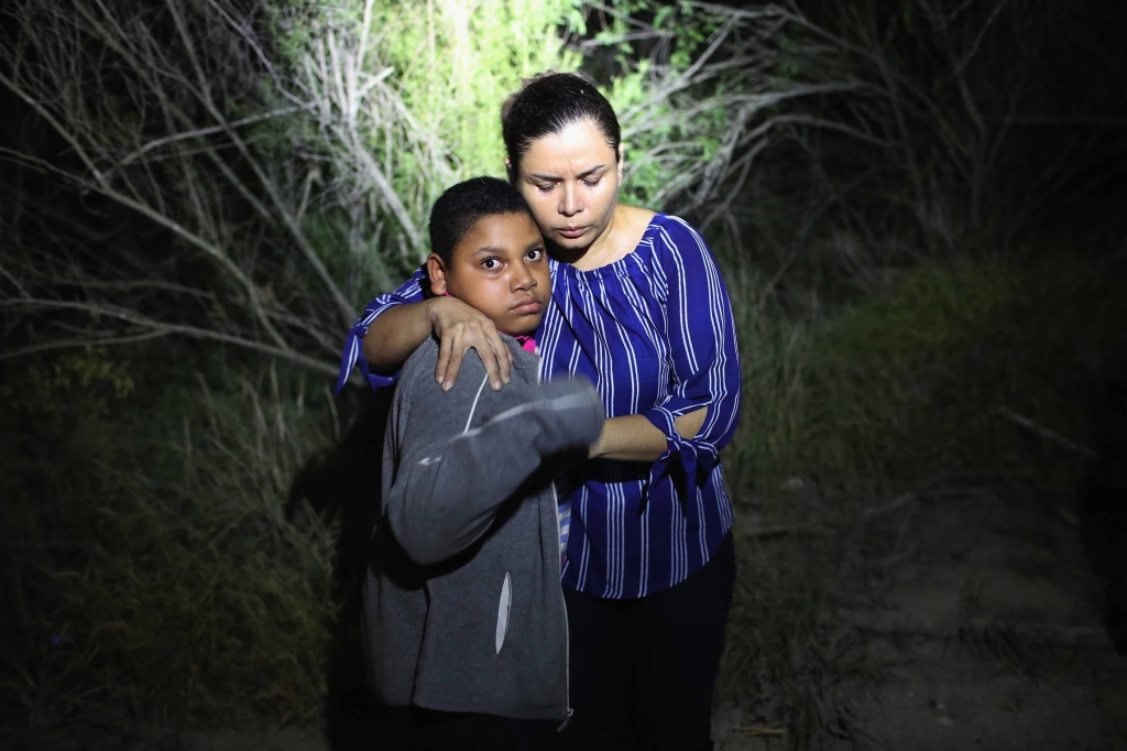 El foco golpea a una madre y su hijo cerca de la frontera el 12 de junio. (Crédito: John Moore/Getty Images)