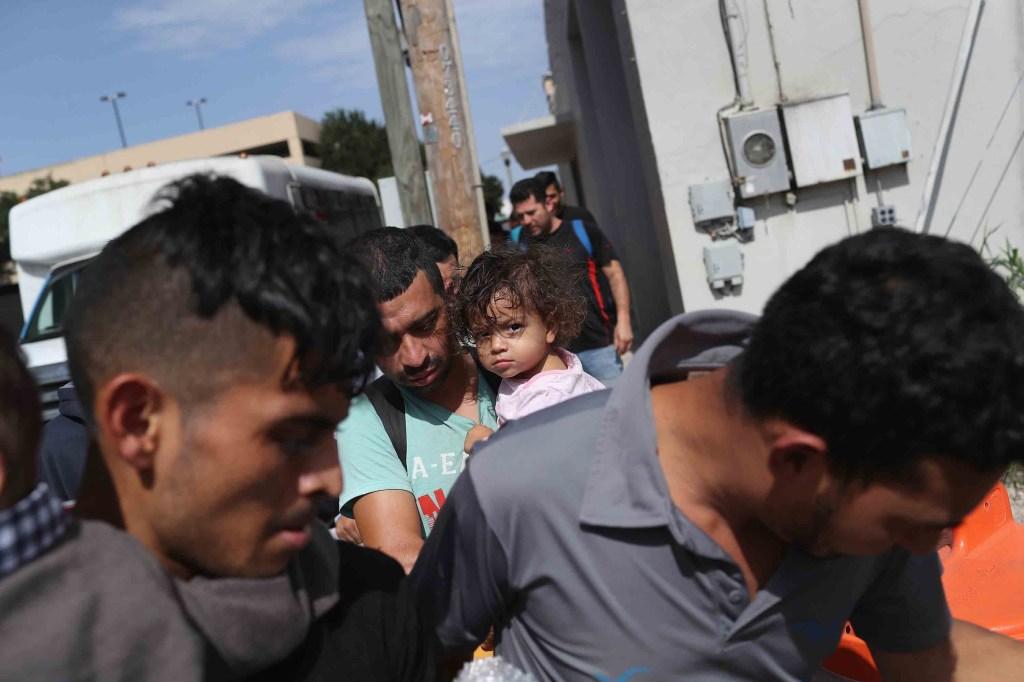 """Familias centroamericanas salen de un centro de procesamiento en McAllen el 11 de junio. """"La política de 'tolerancia cero' no parece ser uniforme"""", dijo Moore. """"Algunas familias son liberadas y otras no. Puede depender de la disponibilidad del espacio de detención"""". (Crédito: John Moore/Getty Images)"""