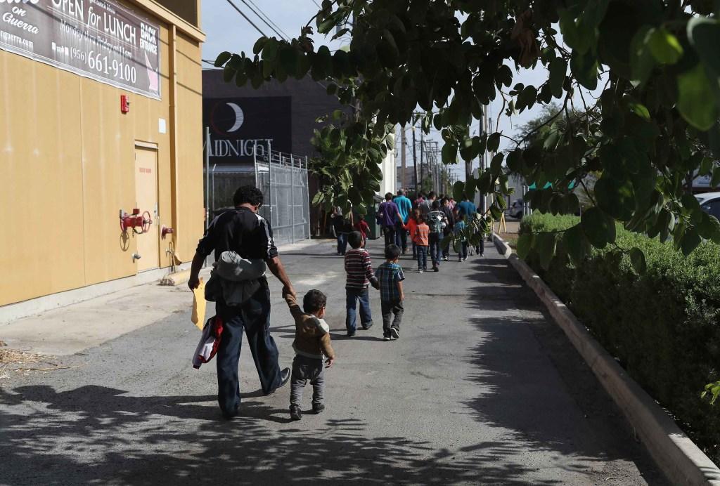 Un grupo de niños sale del centro de procesamiento de McAllen el 11 de junio. Los niños separados de sus familias son llevados al Departamento de Salid y Servicios Humanos para que cuiden de ellos. (Crédito: John Moore/Getty Images)