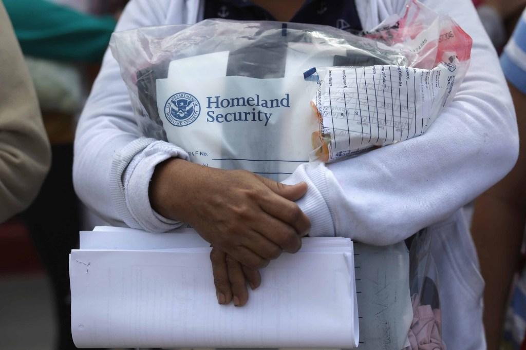 Una inmigrante deja la custodia federal el 11 de junio. Ella lleva sus pertenencias que inicialmente fueron confiscadas. (Crédito: John Moore/Getty Images)