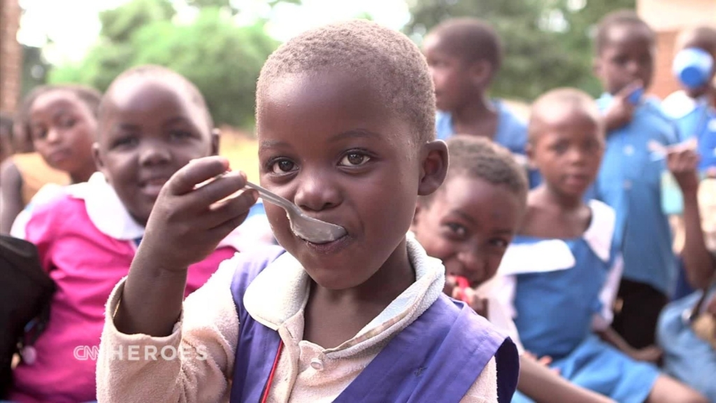 El héroe de CNN que ha alimentado a millones de estudiantes