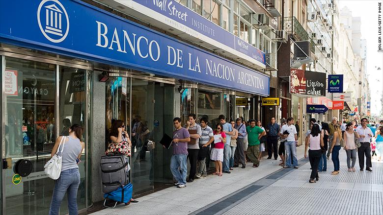 Colas para sacar dinero del Banco de la Nación en Argentina