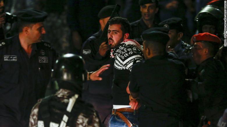 Agentes de policía detienen a manifestantes en Jordania el 2 de junio. (Crédito: KHALIL MAZRAAWI/AFP/Getty Images)
