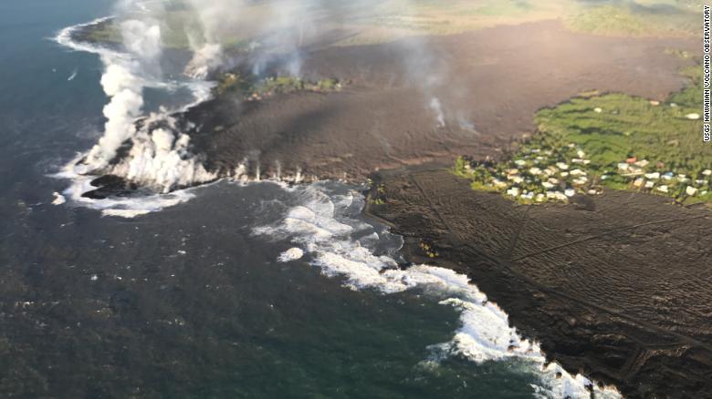 A partir de la mañana del 5 de junio, el frente de flujo de lava de la fisura 8 había llenado completamente la bahía de Kapoho.