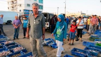 Bourdain camina por el mercado de pescado en Gaza.