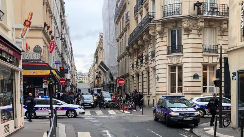 Testigos en las cercanías de París compartieron fotos y videos a medida que la situación se desarrollaba el martes.