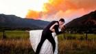 Fotos de boda frente a un incendio forestal