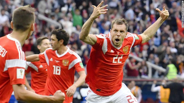 Artem Dzyuba de Rusia celebra después de anotar un gol en un partido contra Arabia Saudita.