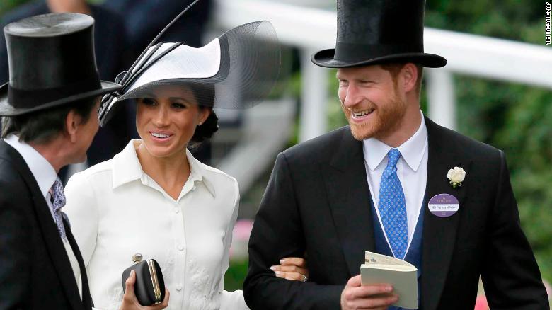 Enrique y Meghan, que se casaron hace un mes en el castillo de Windsor, estuvieron muy sonrientes cuando llegaron a la carrera.