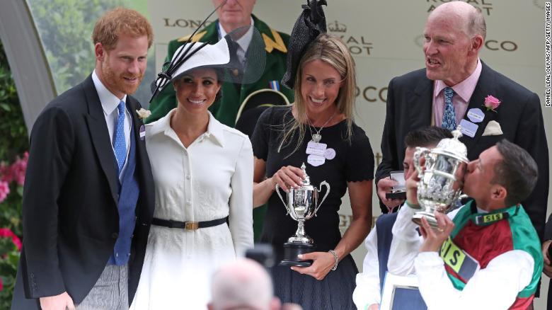El príncipe Enrique y Meghan entregaron el trofeo al jinete Frankie Dettori después de que este ganara con el caballo Without Parole.