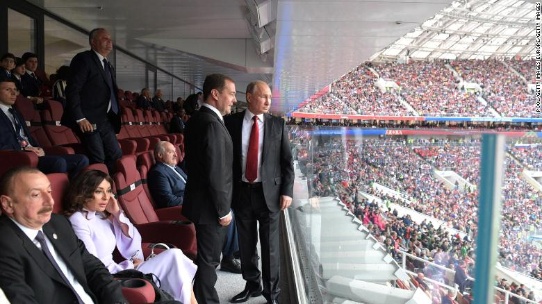 Putin y el primer ministro ruso, Dmitry Medvedev, asisten a la ceremonia de apertura de la Copa del Mundo.