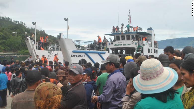 Las familias esperan ansiosamente las noticias de sus seres queridos en el Puerto de Tigaras, Indonesia.