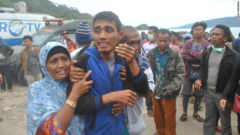 Las familias esperan noticias de sus seres queridos, que se cree que se ahogaron a bordo del ferry turístico.