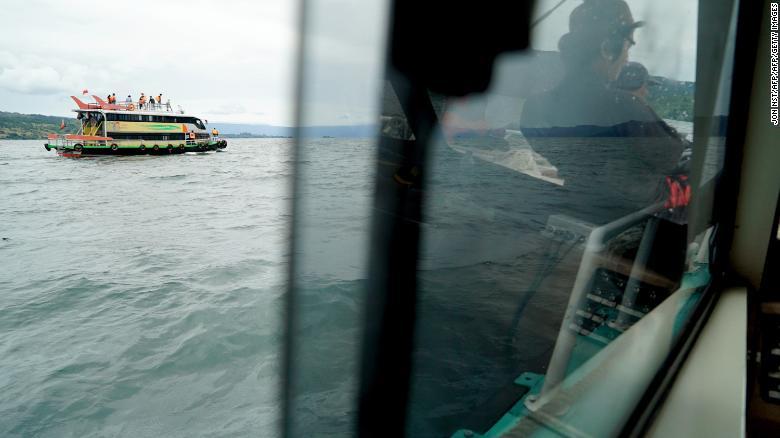 Los equipos de rescate buscan víctimas en el puerto de ferrys del lago Toba, en la provincia de Sumatra del Norte de Indonesia.