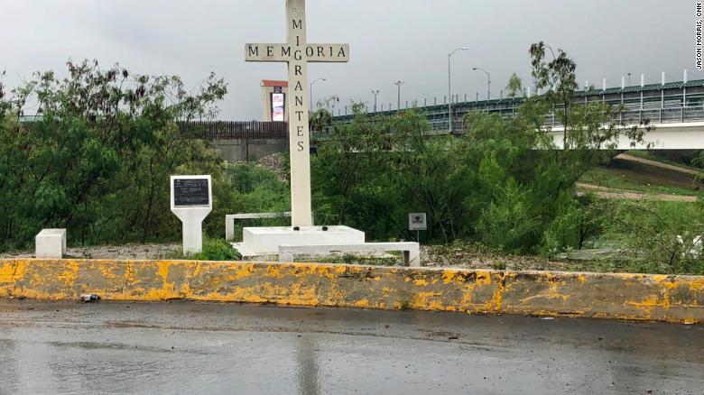 Una cruz en el Río Grande en Reynosa, México, es un monumento a los inmigrantes que murieron cruzando la frontera.