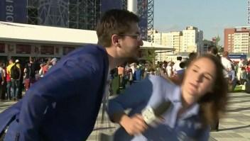 Júlia Guimarães estaba reportando desde Ekaterimburgo el domingo cuando un hombre se inclinó para besarla en la mejilla mientras hablaba a la cámara.
