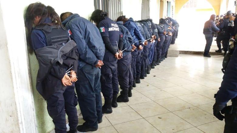 La policía estatal de Michoacán en México dijo que detuvo a la policía municipal de la ciudad de Ocampo el domingo.