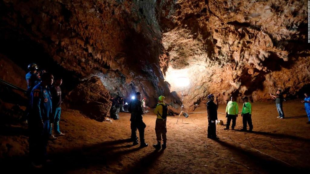 Equipo de fútbol sigue perdido en cueva de Tailandia