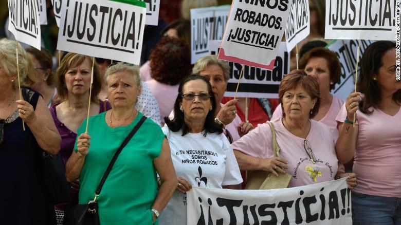 """Manifestantes con pancartas que claman """"Justicia"""" frente al tribunal este martes."""