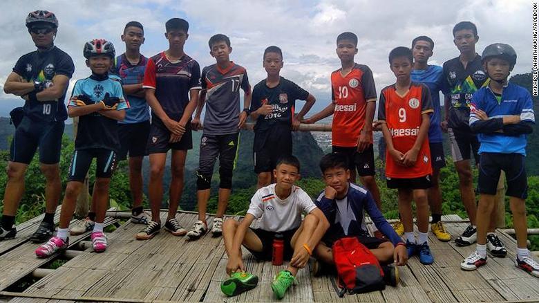 El equipo de fútbol desaparecido en una cueva en Tailandia, en la foto con su entrenador.