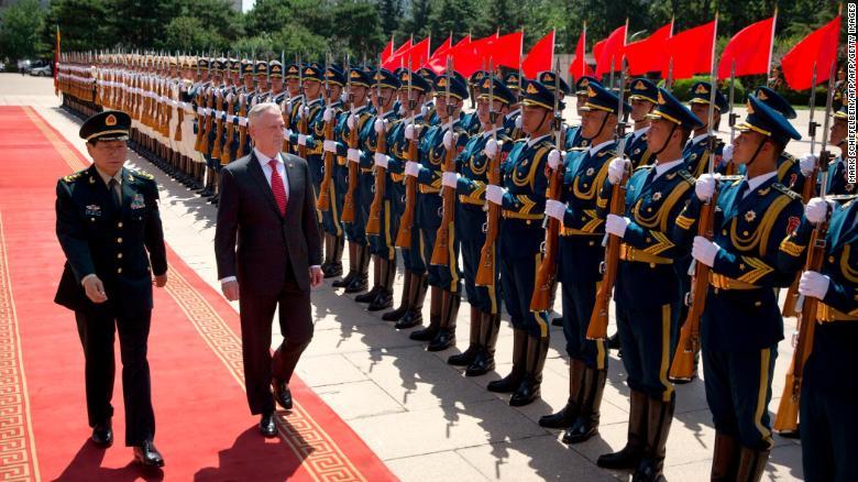 El secretario de Defensa de EE. UU., Jim Mattis, y el ministro de Defensa de China, Wei Fenghe, inspeccionan a la guardia durante una ceremonia de bienvenida en el Edificio Bayi en Beijing el 27 de junio de 2018.