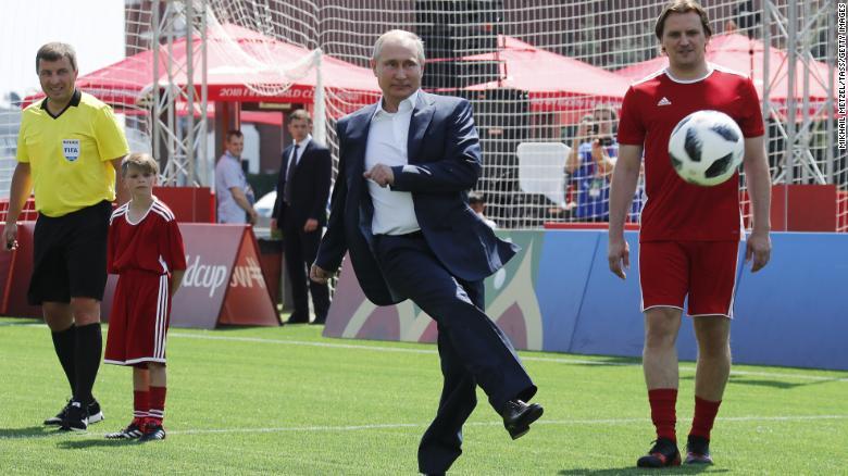 Putin en el parque del fútbol instalado en la Plaza Roja de Moscú durante el Mundial.
