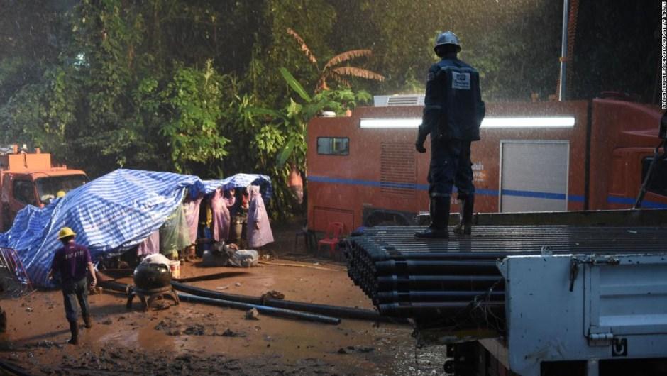 Las intensas lluvias en Tailandia retrasaron las labores de búsqueda del equipo de fútbol desaparecido en una cueva.