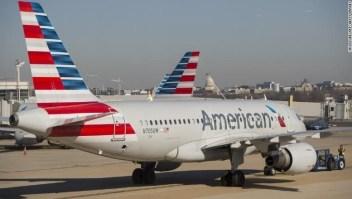 Avión de American, una de las aerolíneas cuyo gerente ha dado a entender que los precios de los boletos aéreos subirán pronto.