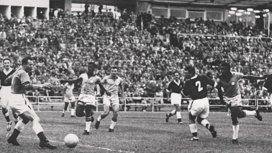En 1958 el Mundial de Fútbol fue en Suecia. En esa ocasión ganó Brasil, equipo en el que jugó un joven Pelé, que tenía 17 años. (Crédito: STAFF/AFP/Getty Images)