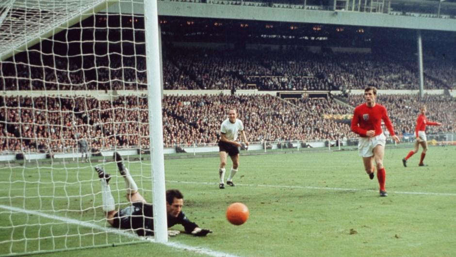 1966 y el Mundial regresa a Europa para jugarse en Reino Unido. Lo ganó Inglaterra en este partido contra Alemania en el estadio de Wembley, en Londres. (Crédito: Hulton Archive/Getty Images)